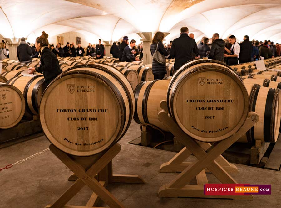 Vidéo : Albert Bichot buys the 2 presidential barrels with Chinese friend Mr Leung – Hospices de Beaune 2017