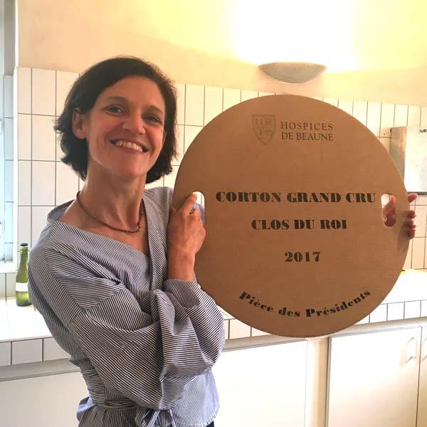 Ludivine Griveau avec le marquage de la pièce du président des enchères des Hospices de Beaune 2017