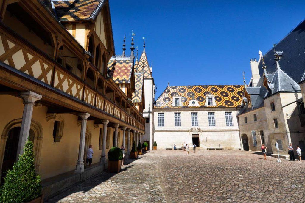 cour-hotel-dieu-musee-vin-tourisme