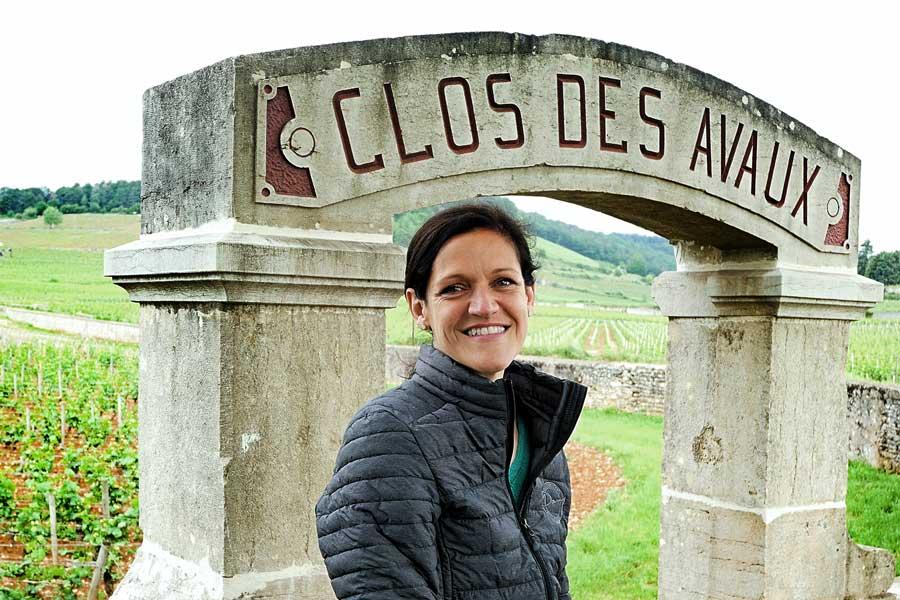 Ludivine Griveau, régisseur du Domaine des Hospices de Beaune devant le célèbre Clos des Avaux, l'un des nombreux vins vendus aux enchères chaque année.